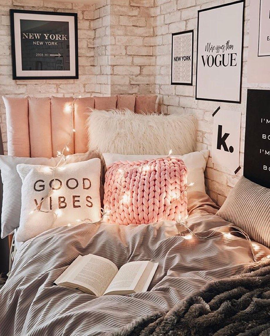 College Dorm Decor ideas On A Budget! Easy and stylish college dorms. Dorm decor inspiration! There are a lot of ways to arrange your dorm room. Different dorm styles you will love! DIY dorm decor #dorm #college #dorminspo